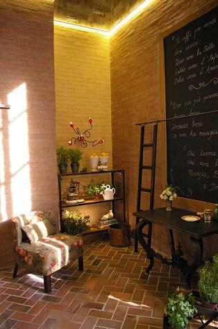 Cozinha planejada com parede de tinta lousa Projeto de Adriana Giacometti