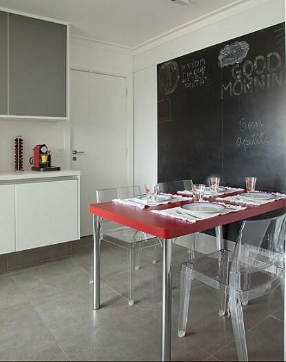 Cozinha planejada com parede de tinta lousa Projeto de Patricia Kolanian