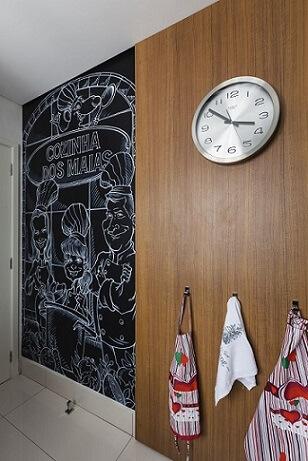 Cozinha planejada com parede de tinta lousa e armários escuros Projeto de Luciana Tomas1