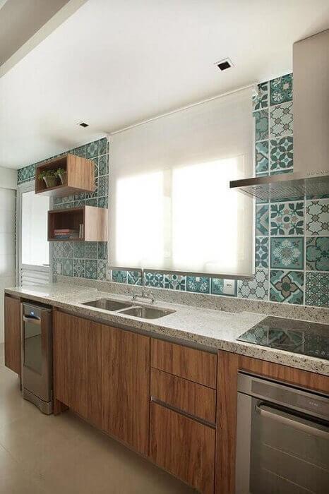 Decoração de cozinhas planejadas com azulejo desenhado