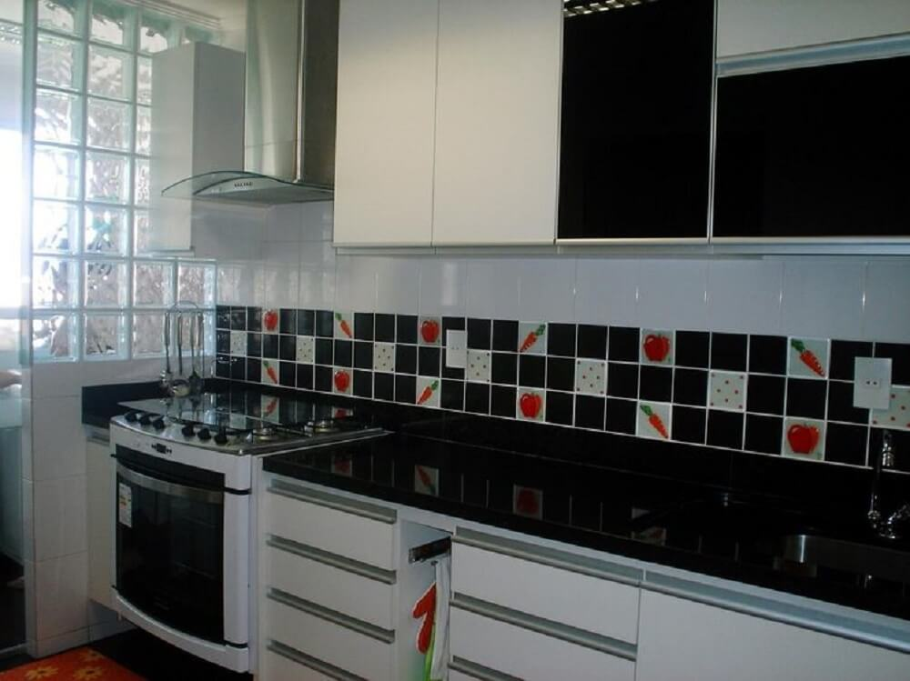 Cozinha simples em preto e branco