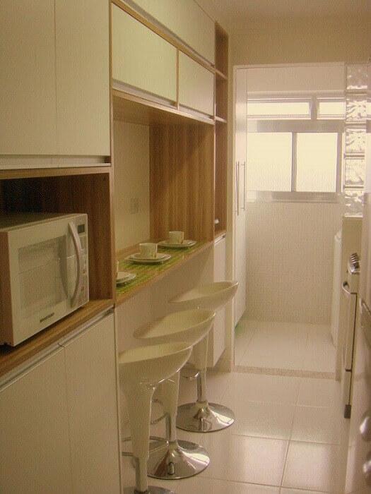 Cozinha planejada em tons claros