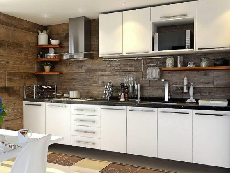 Cozinhas planejadas com painel de madeira
