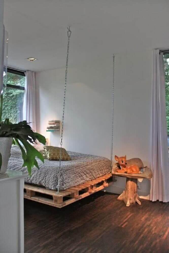 Decoração com paletes para quarto com cama suspensa.