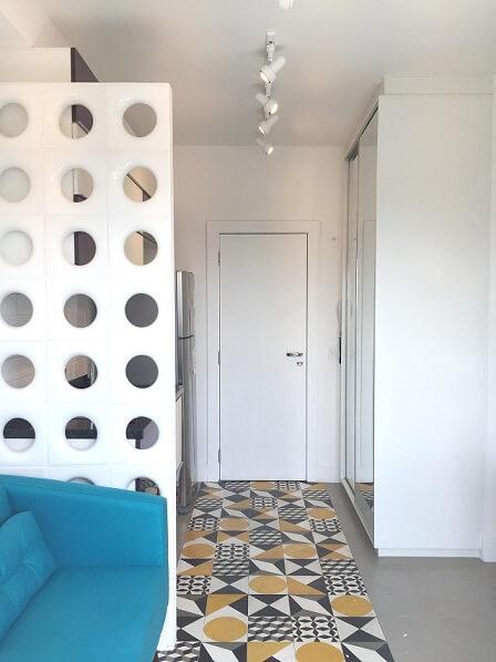 Decoração de apartamento pequeno com ambientes separados por cobogós Projeto de Stephanie Esposito