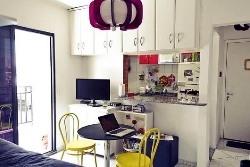 Decoração de apartamento pequeno com armários no home office