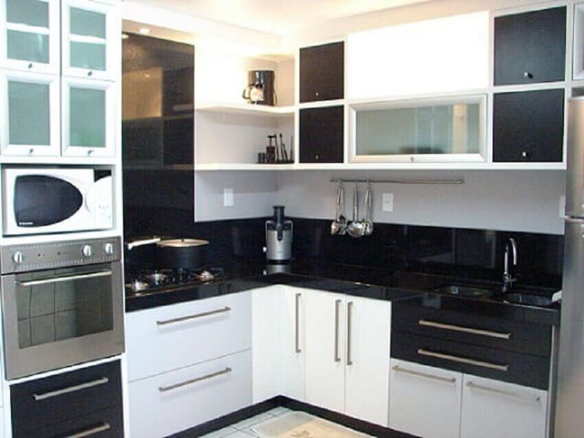 Decoração de apartamento pequeno com armários planejados
