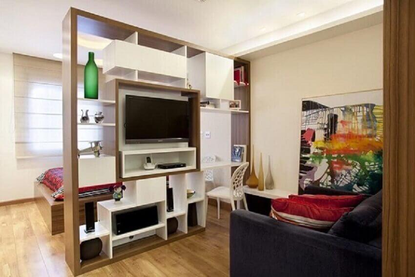Decoração de apartamento pequeno com estante modulada