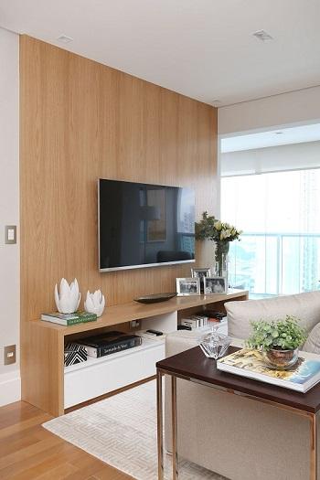 Decoração de apartamento pequeno com rack na sala Projeto de Danyela Correa