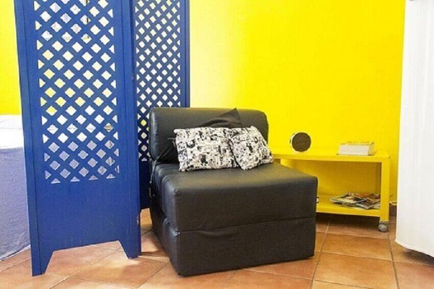 Decoração de casa pequena com sofá que abre