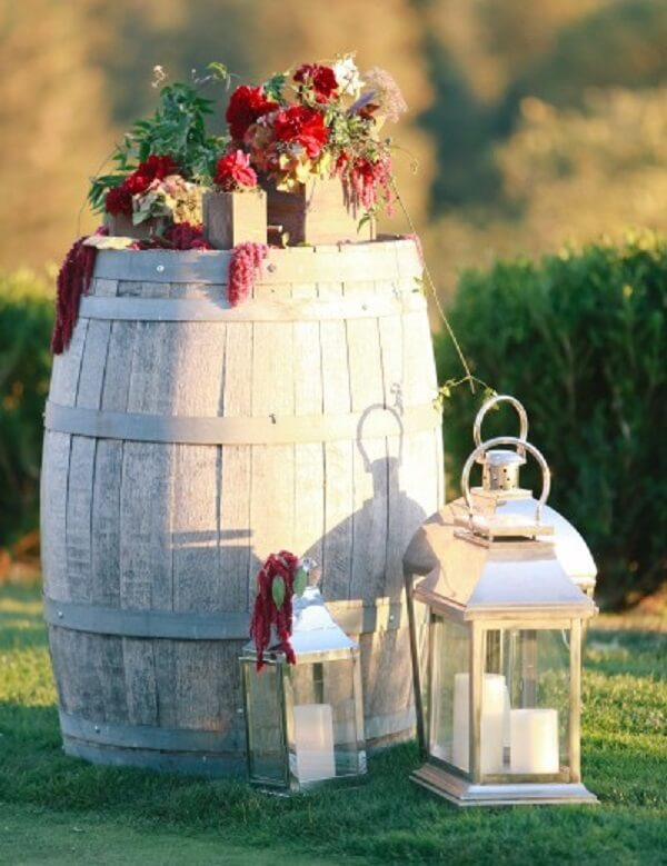Simple wedding decoration with wooden barrel