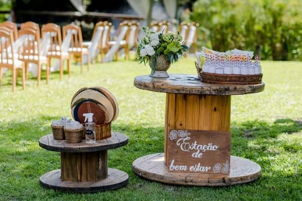 Simple wedding decoration with reel table