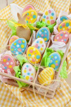 Decoração de páscoa com biscoitos em formato de ovos