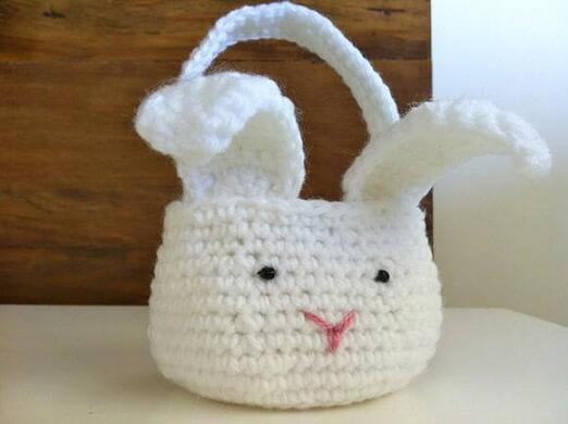Decoração de páscoa com cesta de coelho