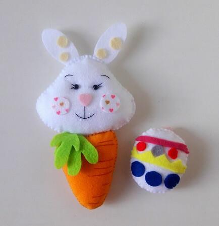 Decoração de páscoa com coelho e ovo de feltro