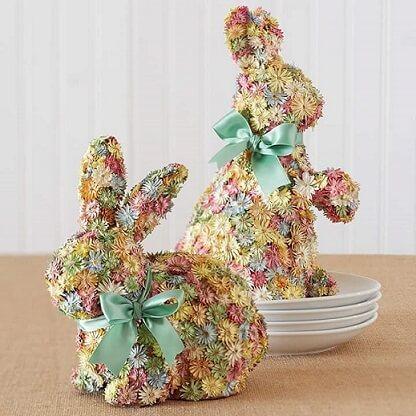 Decoração de páscoa com coelhos de flores