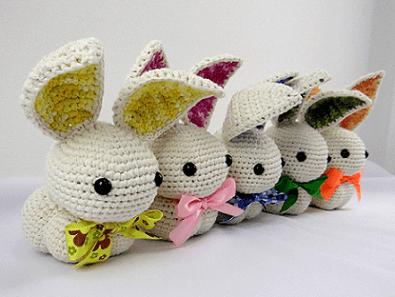 Decoração de páscoa com coelhos de tricô
