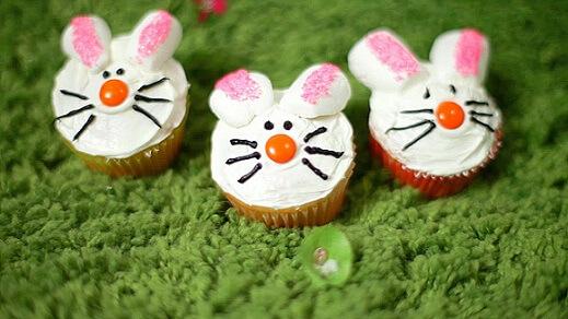 Decoração de páscoa com cupcake de coelho