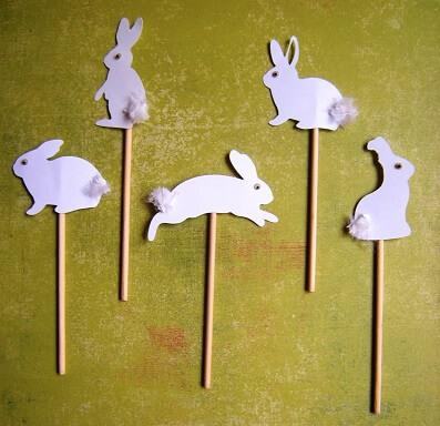 Decoração de páscoa com enfeites de coelho em palitos