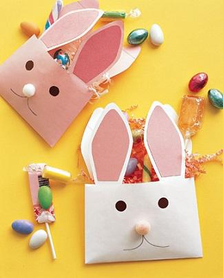 Decoração de páscoa com envelopes de coelho recheados de doces
