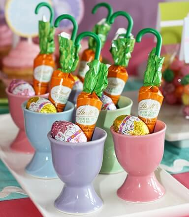 Decoração de páscoa com mini ovos e cenourinhas de chocolate
