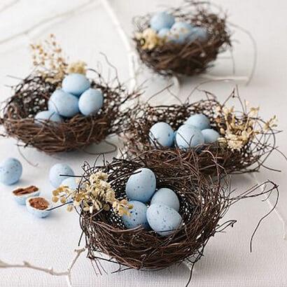 Decoração de páscoa com mini ovos em ninhos
