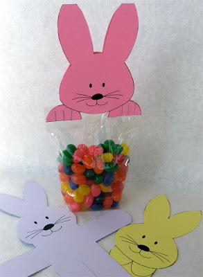 Decoração de páscoa com sacolinha de doces e coelho de papel