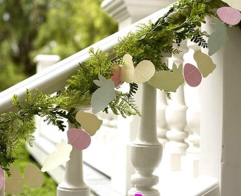 Decoração de páscoa com varal de coelhos, pintinhos e ovos