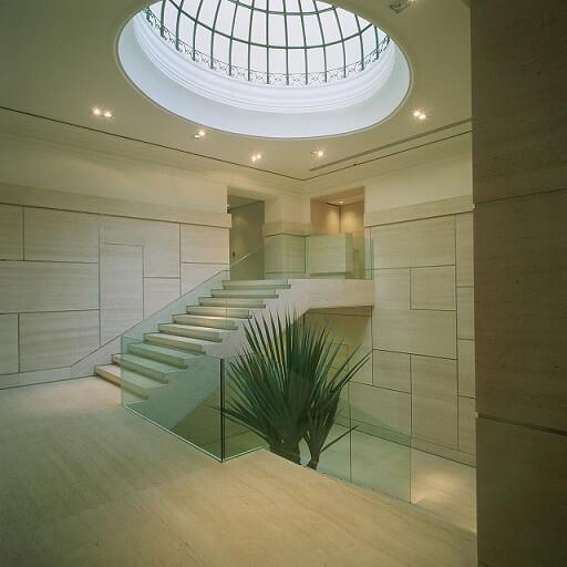 Escada de mármore travertino em hall de entrada Projeto de Kiko Salomão