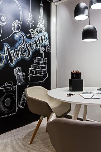 Escritório com parede de tinta lousa desenhada Projeto de Morar Mais Por Menos Goiânia