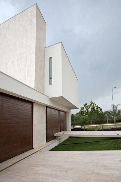 Fachadas de casas modernas com portões de madeira