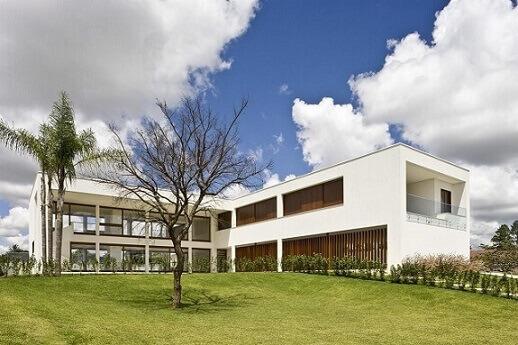 Fachadas de sobrados branco com detalhes em madeira Projeto de Ana Barros
