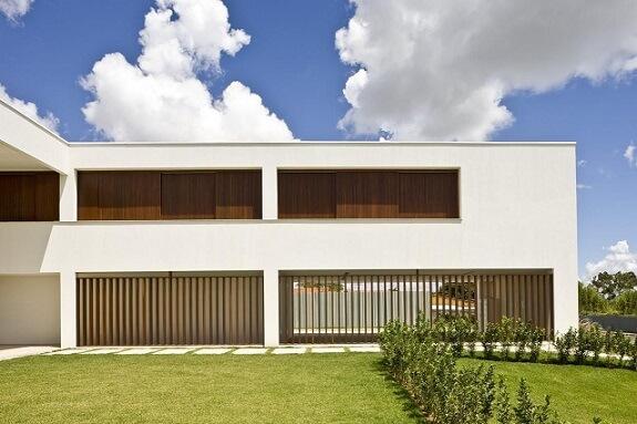 Fachadas de sobrados branco com detalhes em madeira Projeto de Ana Barros1