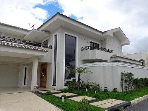 Fachadas de sobrados com cores neutras e grade ornamental Projeto de Sergio Canineo Arquitetura