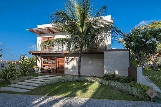 Fachadas de sobrados com portas em madeira Projeto de Renato Teles Arquitetura