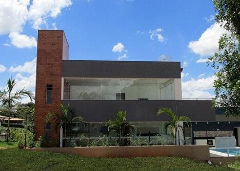 Fachadas de sobrados com vidro e tijolo aparente Projeto de Mutabile