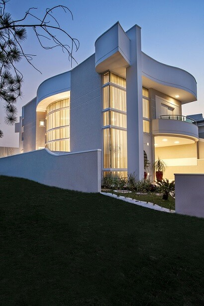 Fachadas de sobrados contemporâneas com curvas Projeto de Aquiles Nicolas Kilaris