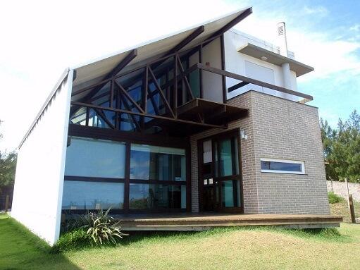 Fachadas de sobrados em vidro com estrutura de madeira à vista Projeto de NDA Arquitetura
