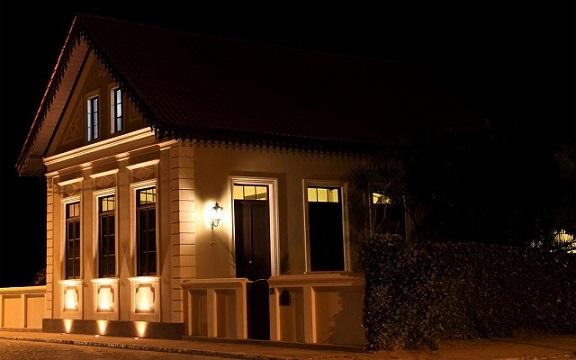 Fachadas de sobrados iluminada à noite Projeto de Sandro Clemes
