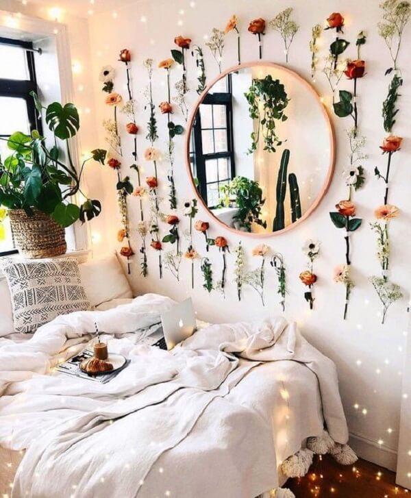 Flores artificiais preenchem a parede do quarto