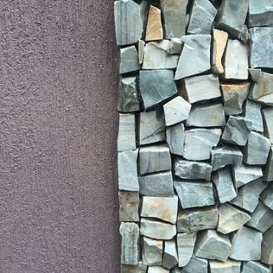 Frente de casas com muro detalhe em pedra portuguesa Projeto de Mariana Thomazini