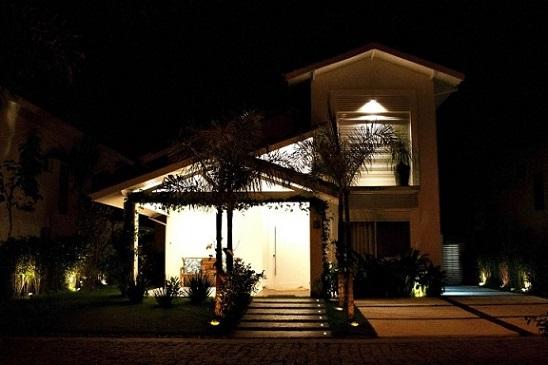 Frente de casas com varanda Projeto de Rawi Arquitetura Interiores