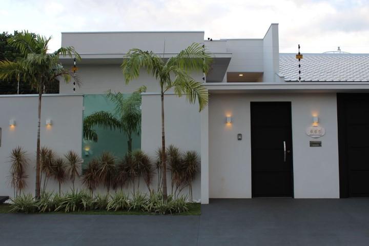 Frente de casas modernas com muro Projeto de Bianca Monteiro