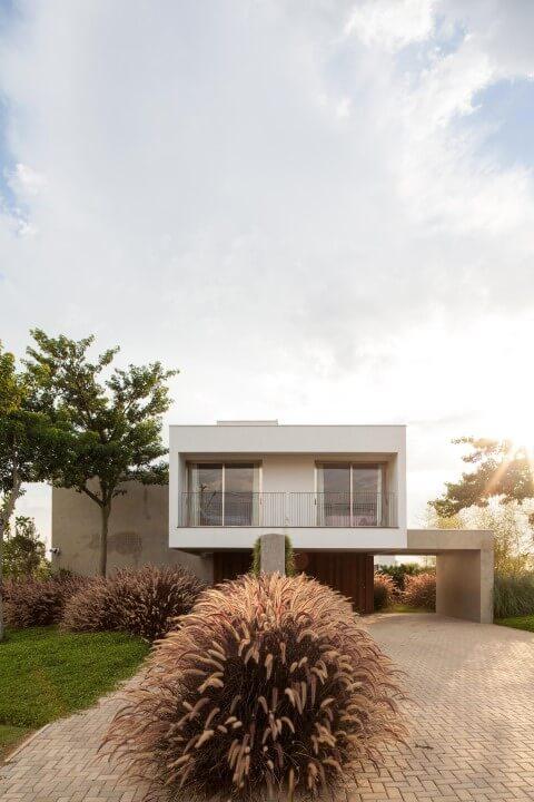 Frente de casas pequenas com jardim na entrada Projeto de Consuelo Jorge