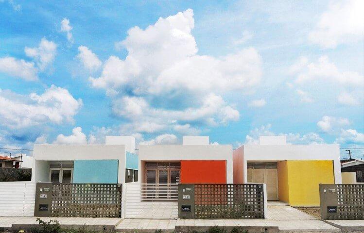 Frente de casas pequenas com paredes coloridas Projeto de Martins Lucena
