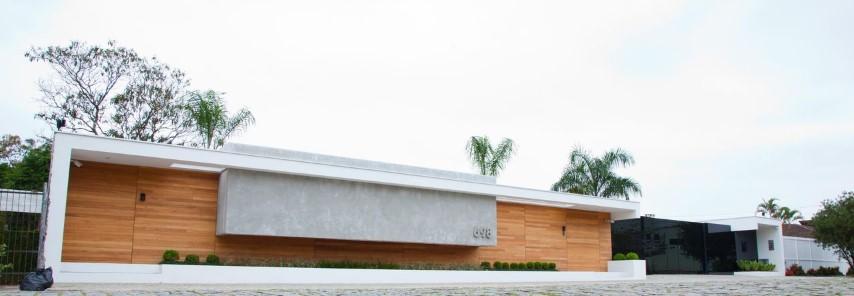 Frente de casas simples com madeira Projeto de Zaav Arquitetura