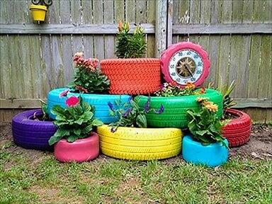 Horta com artesanato com pneus coloridos