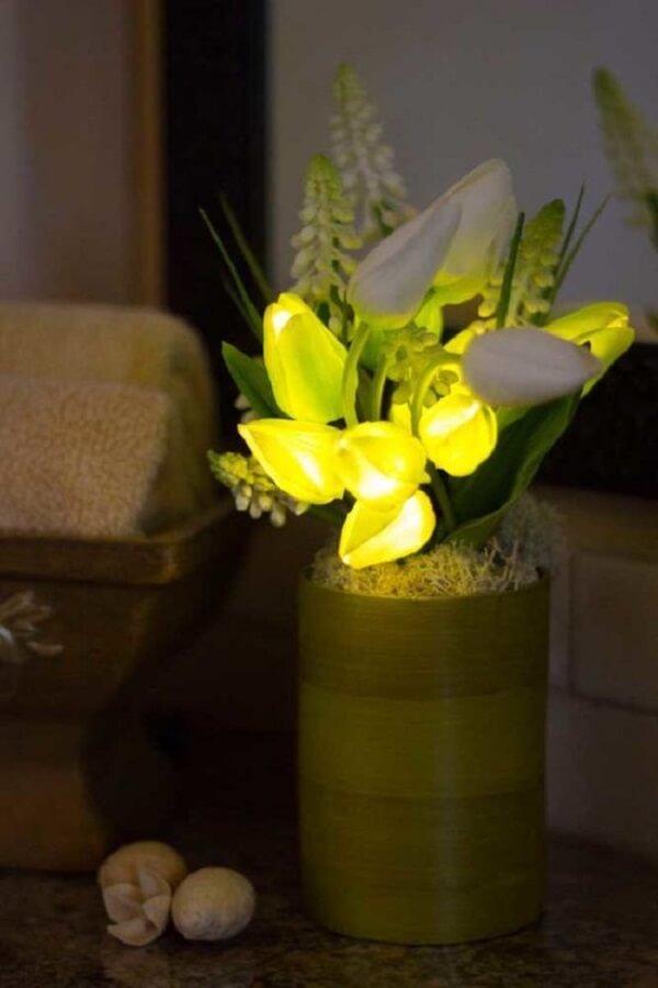 Invista em arranjos de flores artificiais ousados e iluminados