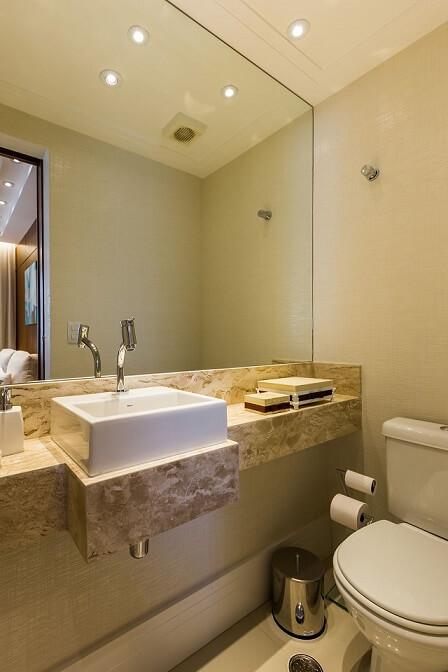 Lavabo com bancada de mármore travertino Projeto de By Arquitetura