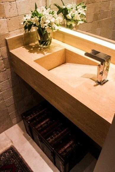 Lavabo com pia de mármore travertino Projeto de Gigi Pellegrini